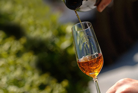 Херес - Pouring glass of sherry