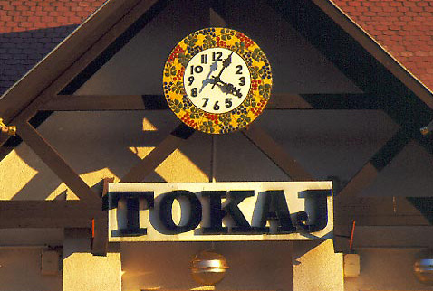 Регион виноделия Токай - The clock, decorated with grapes, on the platform at Tokaj railway station, Hungary. [Tokaji]