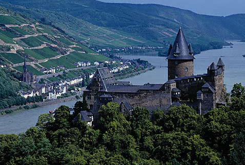 Регионы виноделия Германии, Миттельрейн  - Burg Stahleck at Bacharach with the town of Lorch and its vineyards on the bank of the River Rhine beyond. Germany. [Mittelrhein / Rheingau]