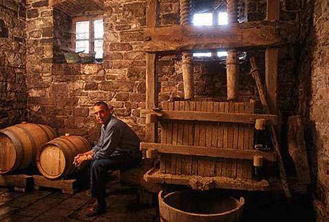 История виноделия Италии - Josko Gravner in his cellar. Oslavia, Friuli, Italy. [DOC Collio]