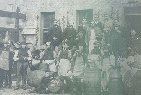 Эндрю Ашер (Andrew Usher) - This picture taken in 1853 shows the staff of Andrew Usher based in Edinburgh. The company peoduced the first branded whisky-Old vatted Glenlivet