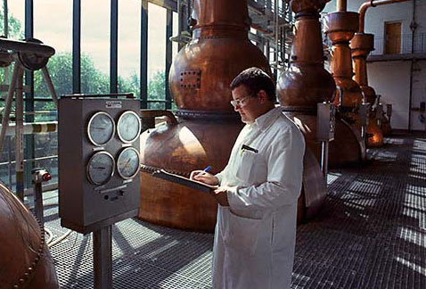 Производство джина - Monitoring the distillation process in Gin production at United Distillers Laindon plant. (Gordons, Tanqueray etc.)